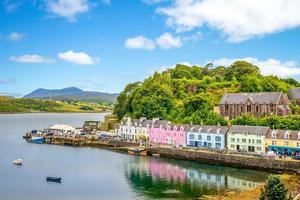 paisagem do porto de portree na escócia, reino unido foto