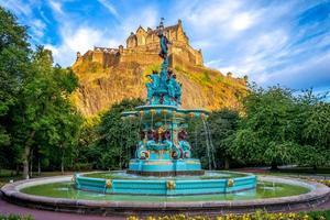 castelo de edimburgo e fonte ross em edimburgo, escócia, reino unido foto