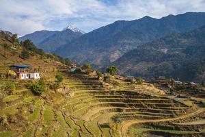 paisagem do nepal perto de pokhara com pico em cauda de peixe foto