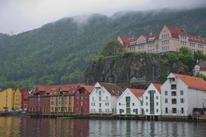 arquitetura clássica de bryggen na cidade de bergen, na noruega foto