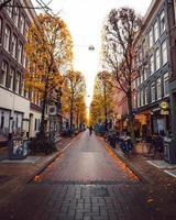 amsterdam, holanda 2018 - fileiras de edifícios em amsterdam foto