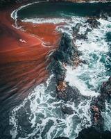 ondas na praia de areia vermelha kaihalulu, maui, havaí foto