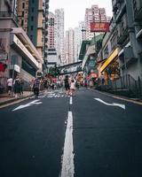 hong kong, china 2019 - pessoas caminhando nas ruas de hong kong foto