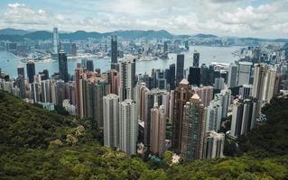 hong kong, china 2019 - horizonte de hong kong a partir de uma vista aérea no pico de victoria foto