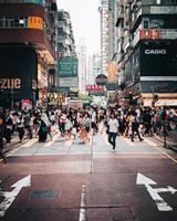 hong kong, china 2019 - pessoas andando nas ruas em mongkok, hong kong, china foto