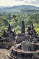 monumento budista de Borobudur no centro de Java na Indonésia foto