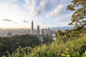 cidade de taipei vista da colina ao pôr do sol foto