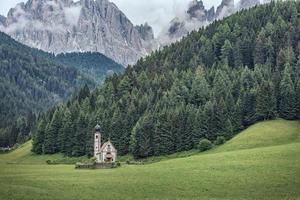 vila de santa maddalena com belas montanhas dolomitas ao fundo, vale val di funes, itália foto