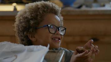 menino contando biscoitos recém-assados na assadeira foto