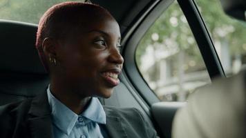 jovem empresária sentada atrás do táxi foto