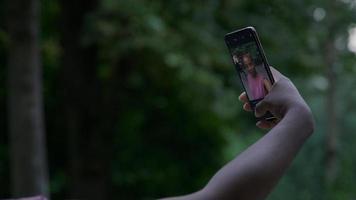 jovem tirando uma selfie no smartphone foto