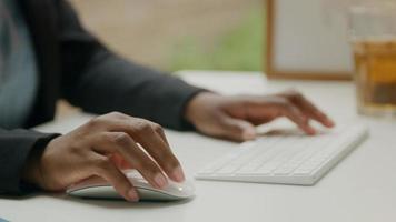 mulher usando teclado e mouse sem fio foto