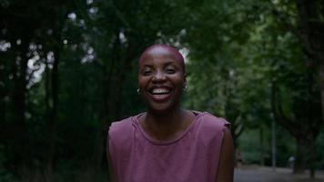 retrato de uma jovem no parque sorrindo e rindo foto