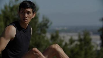 homem adulto médio em roupas esportivas sentado ao ar livre foto