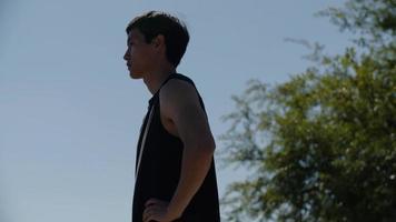 homem em roupas esportivas em pé ao ar livre foto