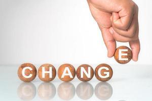 bola de madeira com palavra muda o conceito de desenvolvimento e muda a ti mesmo foto