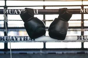 luvas de boxe na academia, boxe tailandês, artes marciais foto
