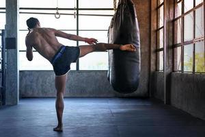 lutador está praticando academia de boxe, boxe tailandês, artes marciais foto