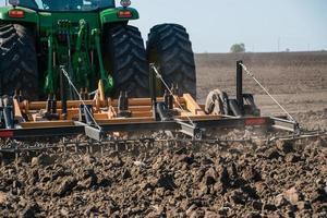 trator agrícola trabalhando foto