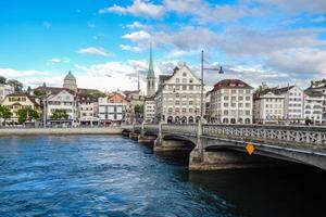 Zurique, Suíça, 17 de junho de 2016 - vista do rio limago e edifícios históricos foto