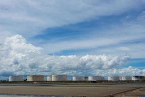 tanques de óleo em uma fileira sob o céu azul foto