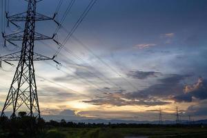 lindo céu à noite e postes de eletricidade de alta tensão foto