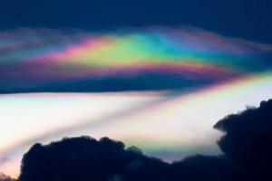 O fenômeno de difração de iridescência de nuvem produz cores muito vivas e faz a nuvem brilhar como uma coroa foto