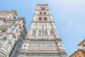 fachada da basílica de santa maria da flor em florença, itália foto