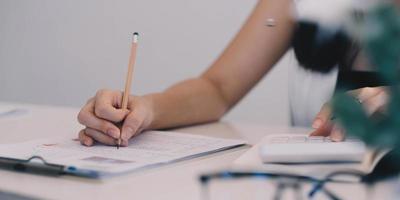 fechar empresário usando calculadora e laptop para calcular o conceito de finanças, impostos, contabilidade, estatísticas e pesquisa analítica foto