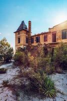 limenaria, residência palataki, thasos, grécia. palataki era a sede da empresa alemã speidel que explorava a pedreira em limenária. foi construído em 1903 e deixou de ser habitado em 1963. é um edifício de dois pisos que tem foto