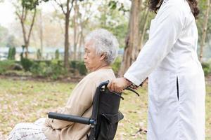 médico, ajuda e cuidados, paciente idoso asiático ou idosa senhora sentada em uma cadeira de rodas na enfermaria do hospital de enfermagem, conceito médico forte e saudável foto