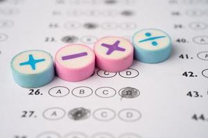 símbolo da matemática na folha de respostas fundo educação estudo matemática aprendizagem aprendizagem conceito de ensino. foto