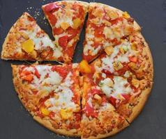 pizza com rucola e salame foto