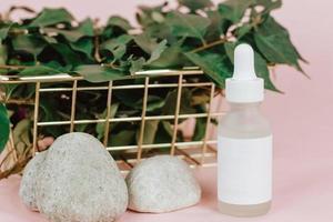 cosméticos orgânicos naturais em fundo rosa para maquete. foto