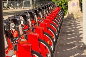 serviço de aluguel de bicicletas no estacionamento rodoviário da cidade com luz solar, conceito de transporte público. foto