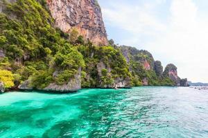 baía de macaco na ilha de phi phi. phuket. Tailândia foto