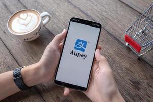 chiang mai, tailândia 2019 - homem segurando oneplus 6 com logotipo alipay, alipay é um aplicativo da china foto