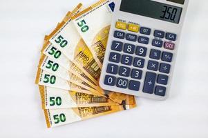 Notas de 50 euros em forma de leque com calculadora foto