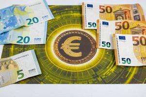 50 20 notas de 5 euros com o símbolo do euro foto