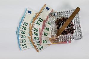 50 20 notas de 10 euros com cinzeiro e charuto foto