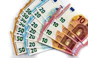 50 20 notas de 10 euros em fundo branco foto
