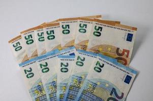 notas de 50 e 20 euros em forma de leque foto