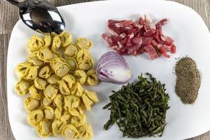 ingradients para cappelletti, bacon e aspargos foto