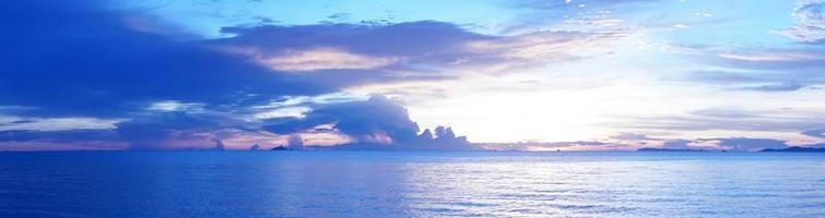 mar e céu noturno na praia de pattaya na tailândia foto