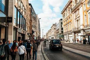 Londres, Inglaterra -2 de setembro de 2019 - o famoso oxford circus com a oxford street e a regent street em um dia agitado foto