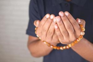 muçulmano maneja gestos de oração durante o ramadã, close-up foto