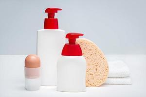 conjunto de produtos de cuidado corporal. conceito de higiene corporal. brincar foto