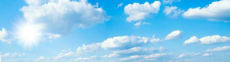 lindo céu azul com nuvens brancas e sol foto