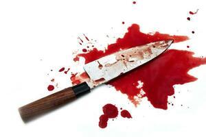 faca de cozinha ensanguentada em fundo branco foto