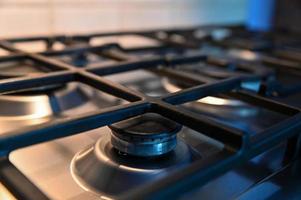 Fogão de cozinha com grelha para colocar panelas foto